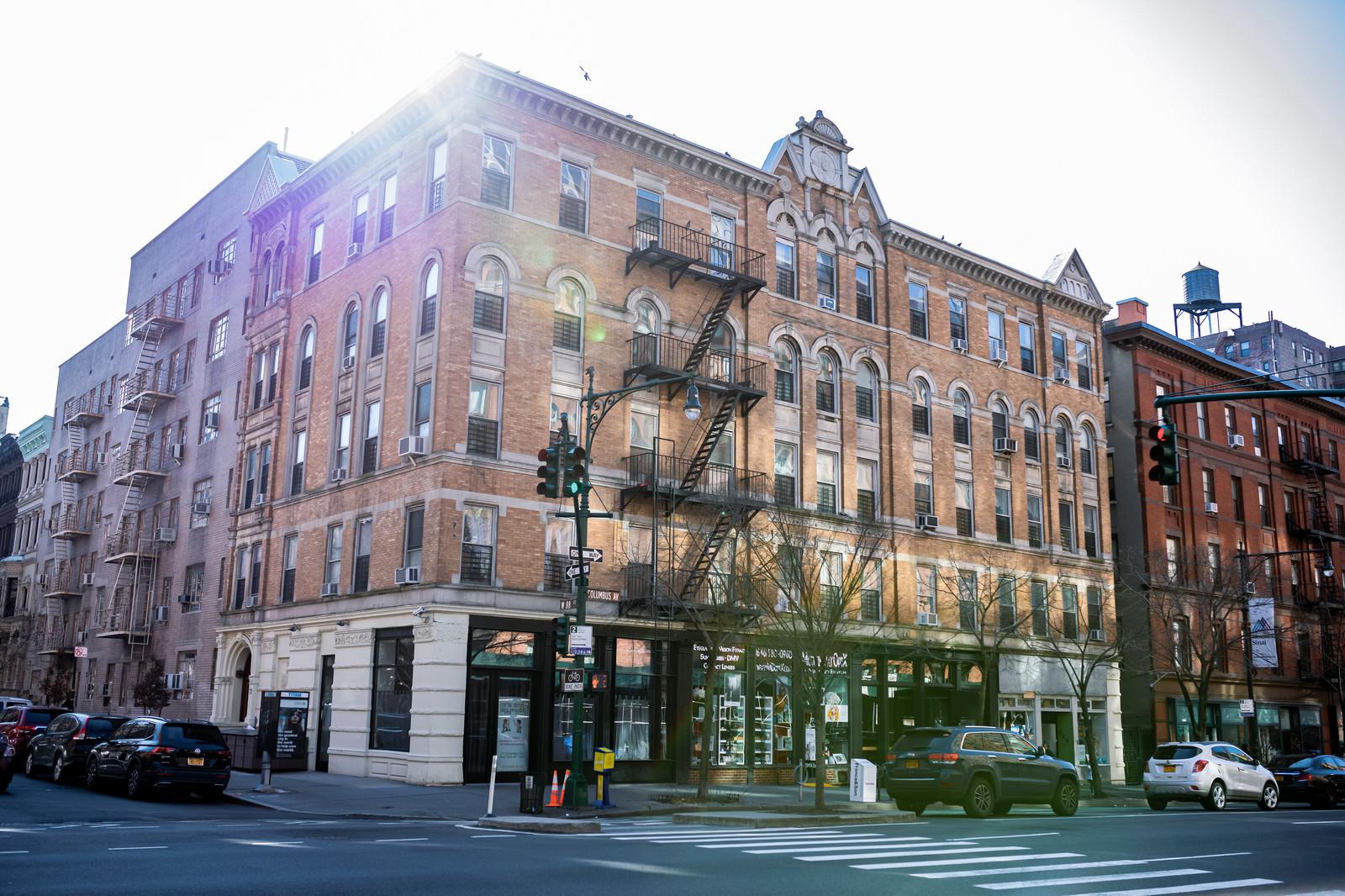 「ニューヨークの街角にある建物」の写真