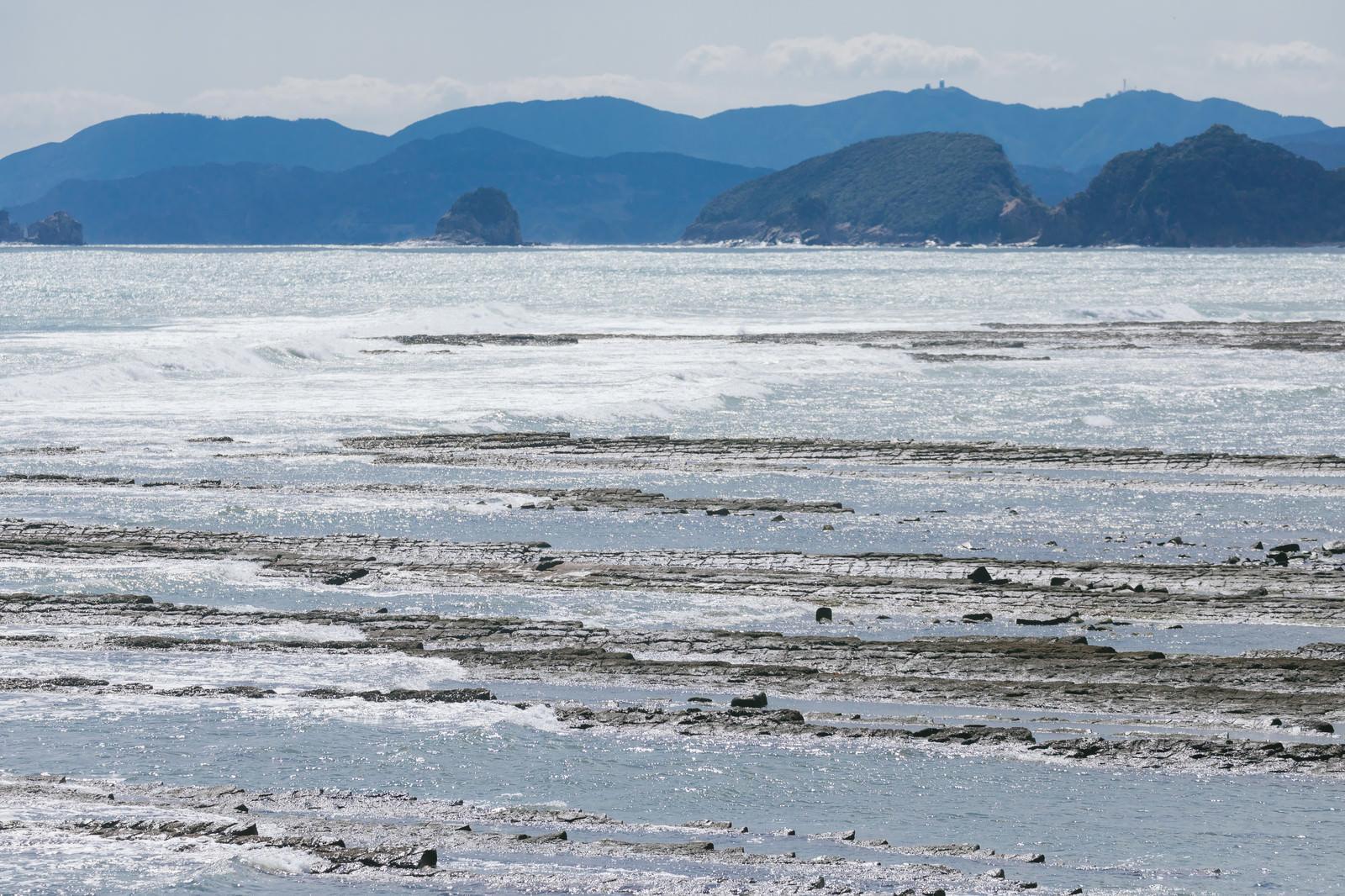 「洗濯板みたいなゴツゴツが続く鬼の洗濯岩(宮崎県日南市)」の写真