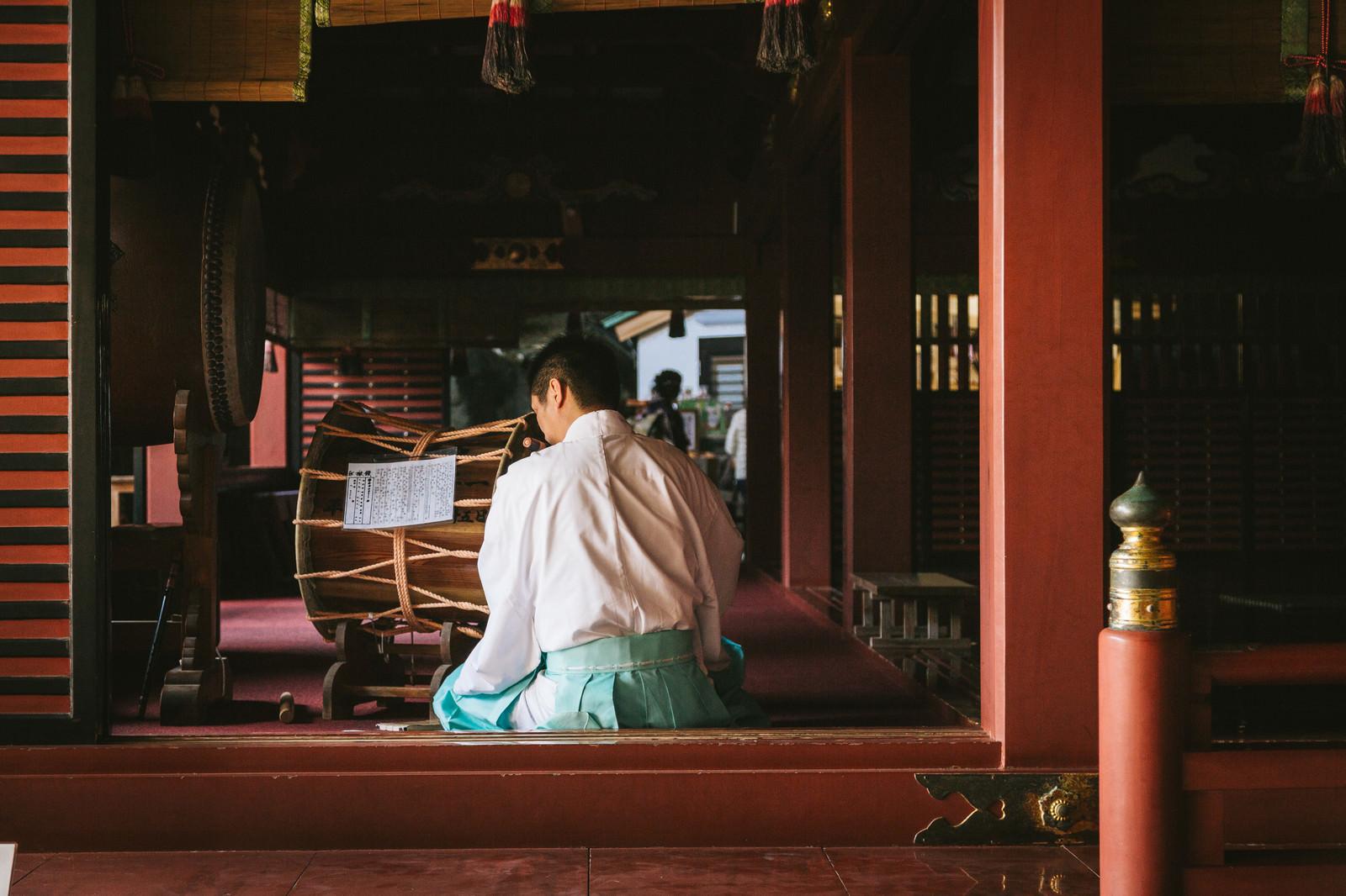 「鵜戸神宮の本殿で笛を吹く宮司」の写真