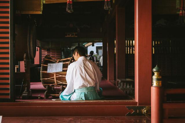 鵜戸神宮の本殿で笛を吹く宮司