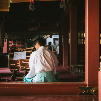「鵜戸神宮の本殿で笛を吹く宮司」の写真素材