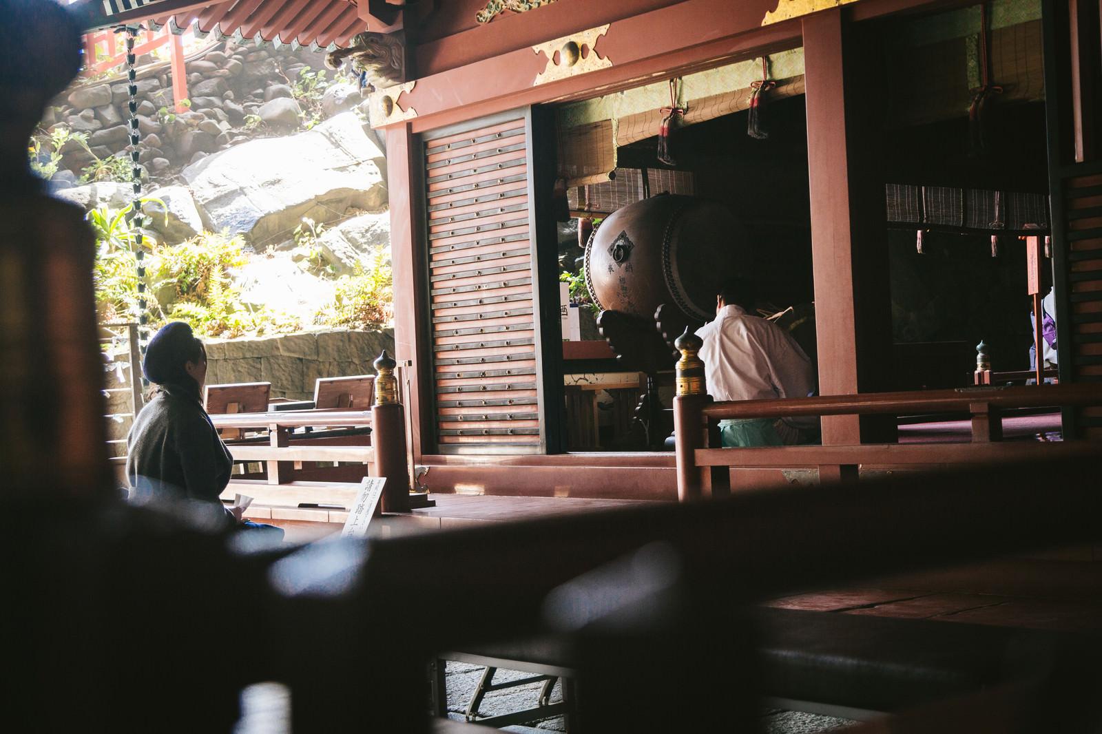 「鵜戸神宮の御本殿から笛の音が鳴る」の写真