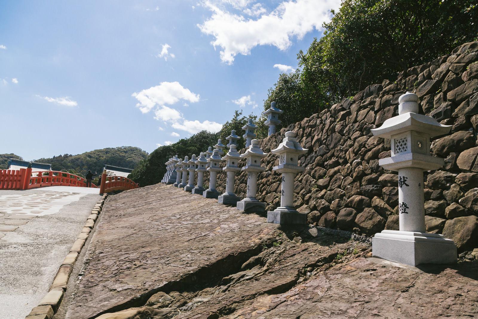 「献燈された燈籠が並ぶ鵜戸神宮」の写真