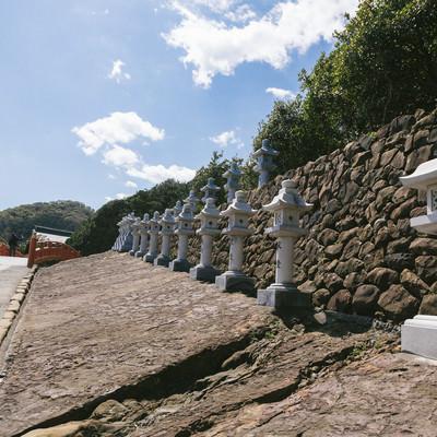 「献燈された燈籠が並ぶ鵜戸神宮」の写真素材