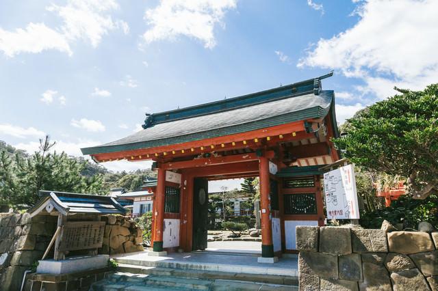 鵜戸神宮社務所につながる門の写真