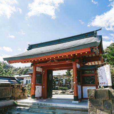 「鵜戸神宮社務所につながる門」の写真素材