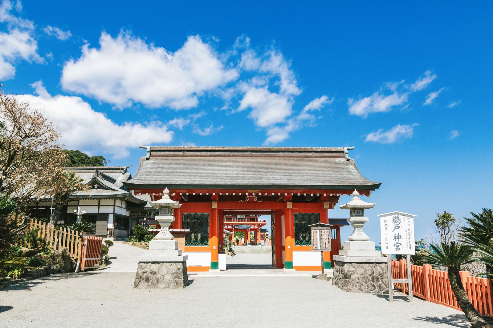 「鵜戸神宮のはじめにくぐる朱塗りの神門」の写真