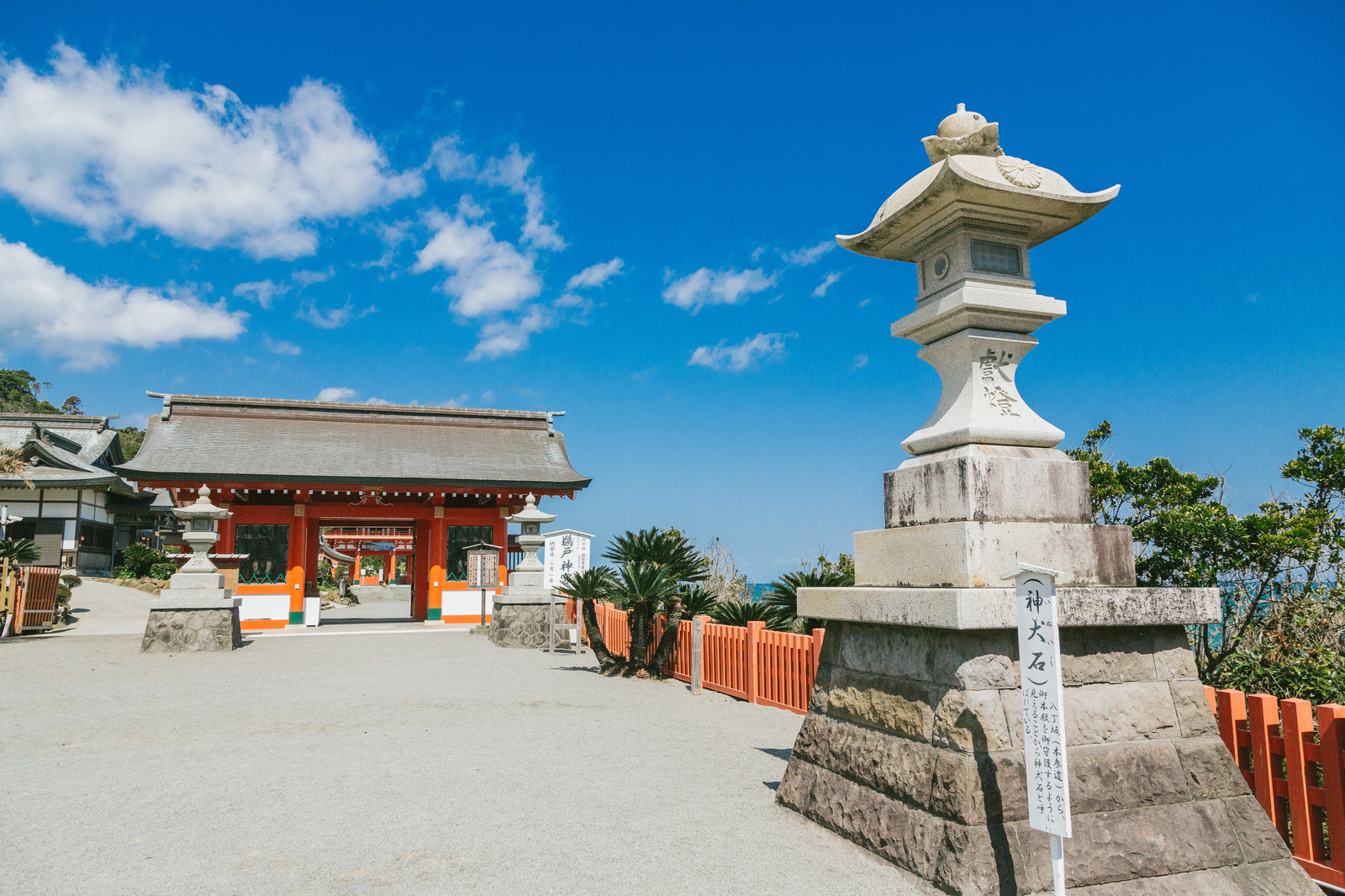 「灯篭(神犬石)佇む鵜戸神宮 | 写真の無料素材・フリー素材 - ぱくたそ」の写真