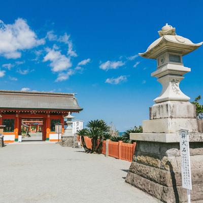 灯篭(神犬石)佇む鵜戸神宮の写真