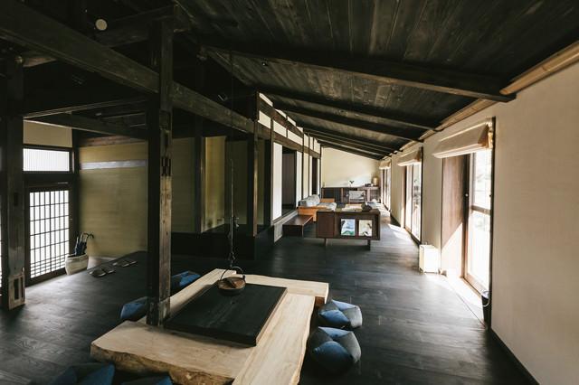 高床と伝統的な囲炉裏のあるリノベーション古民家宿泊施設の写真