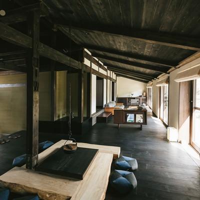 「高床と伝統的な囲炉裏のあるリノベーション古民家宿泊施設」の写真素材