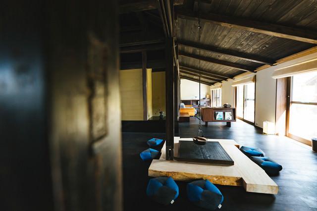 天井の高い古民家宿泊施設の写真