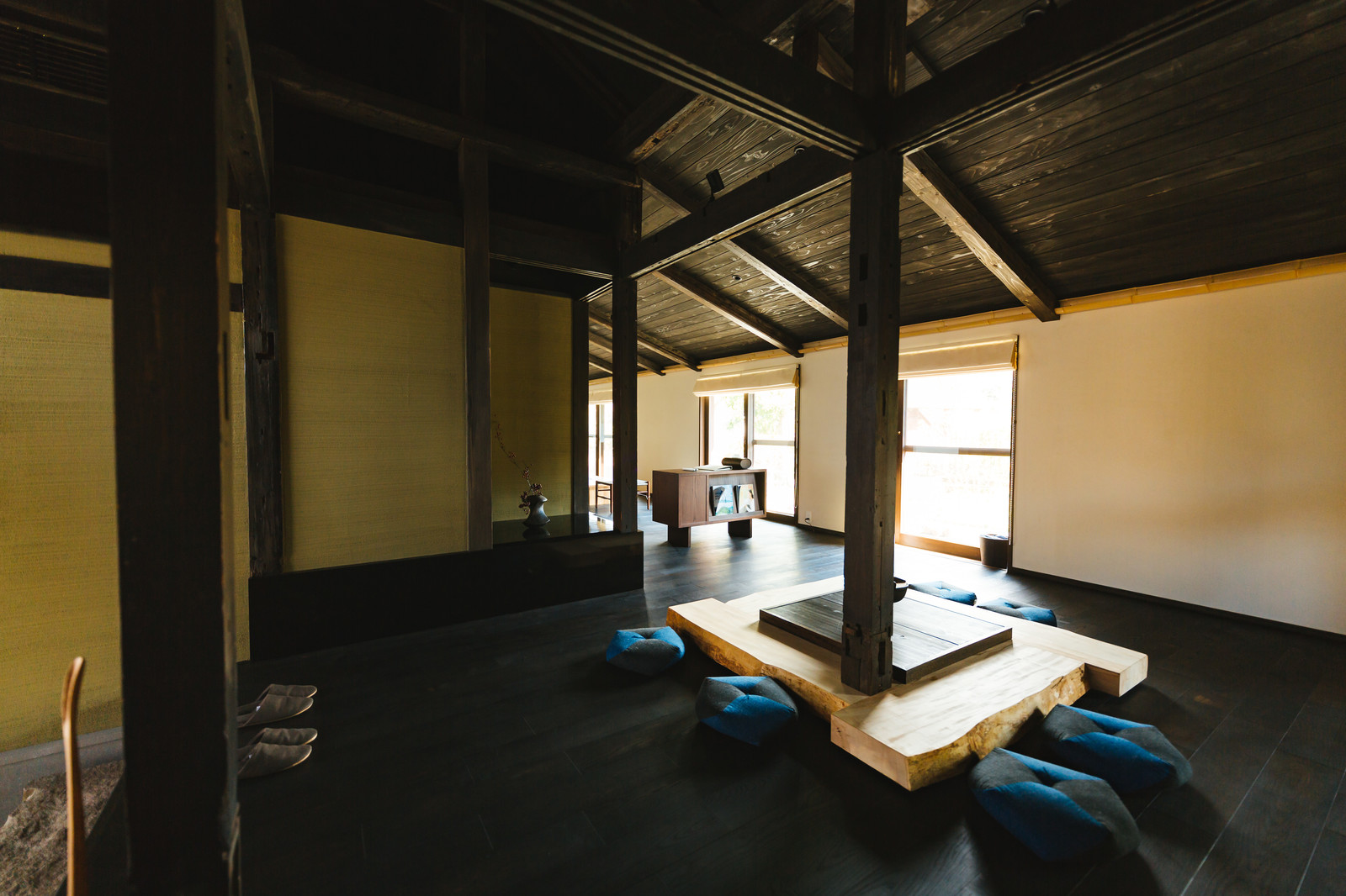 「囲炉裏ある伝統的な古民家[季楽 飫肥(合屋邸)] | 写真の無料素材・フリー素材 - ぱくたそ」の写真