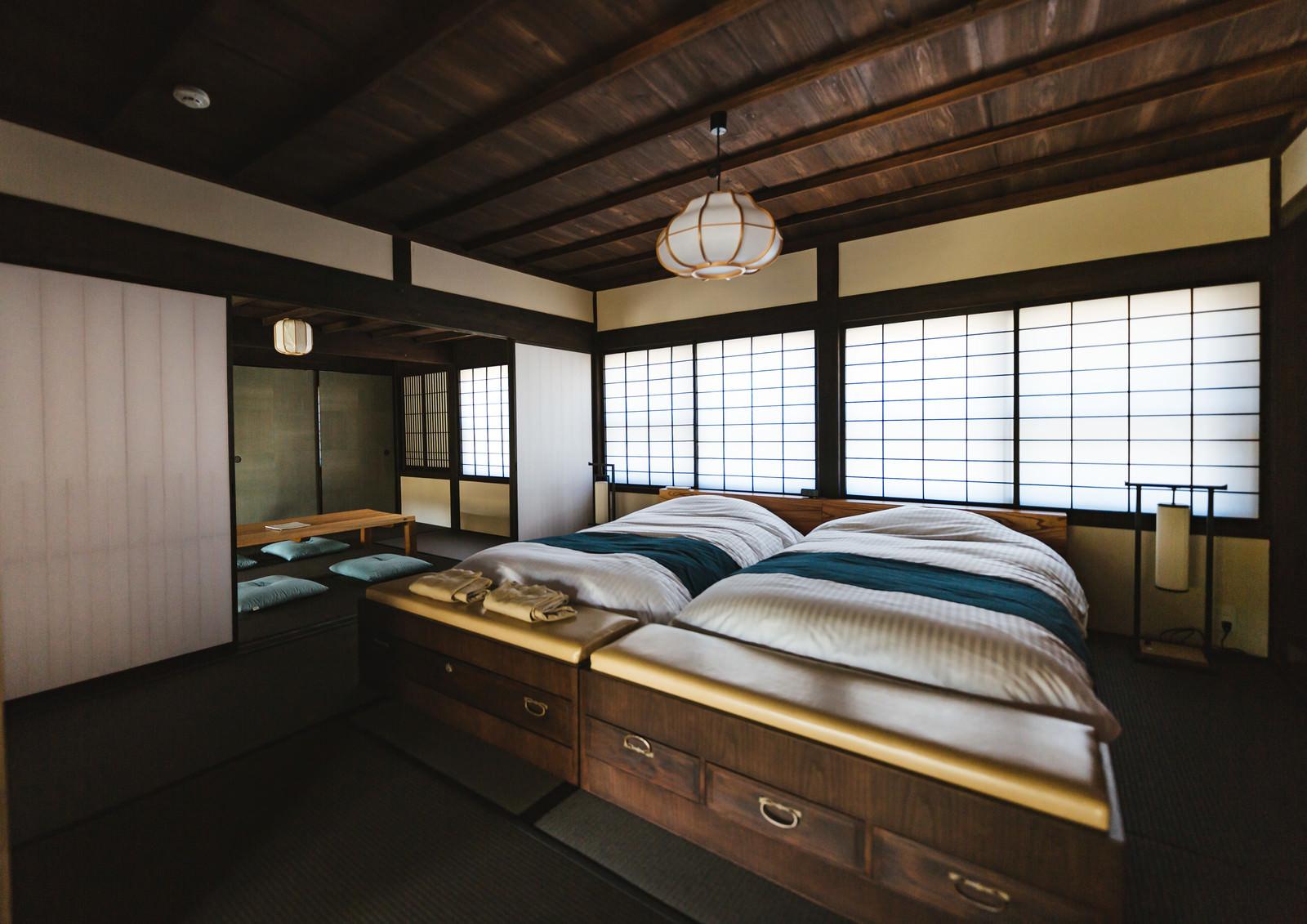 「リノベーションした古民家の寝室(ベッド)」の写真