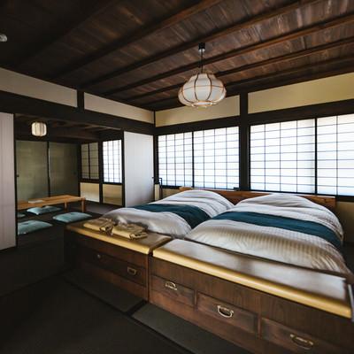 「リノベーションした古民家の寝室(ベッド)」の写真素材