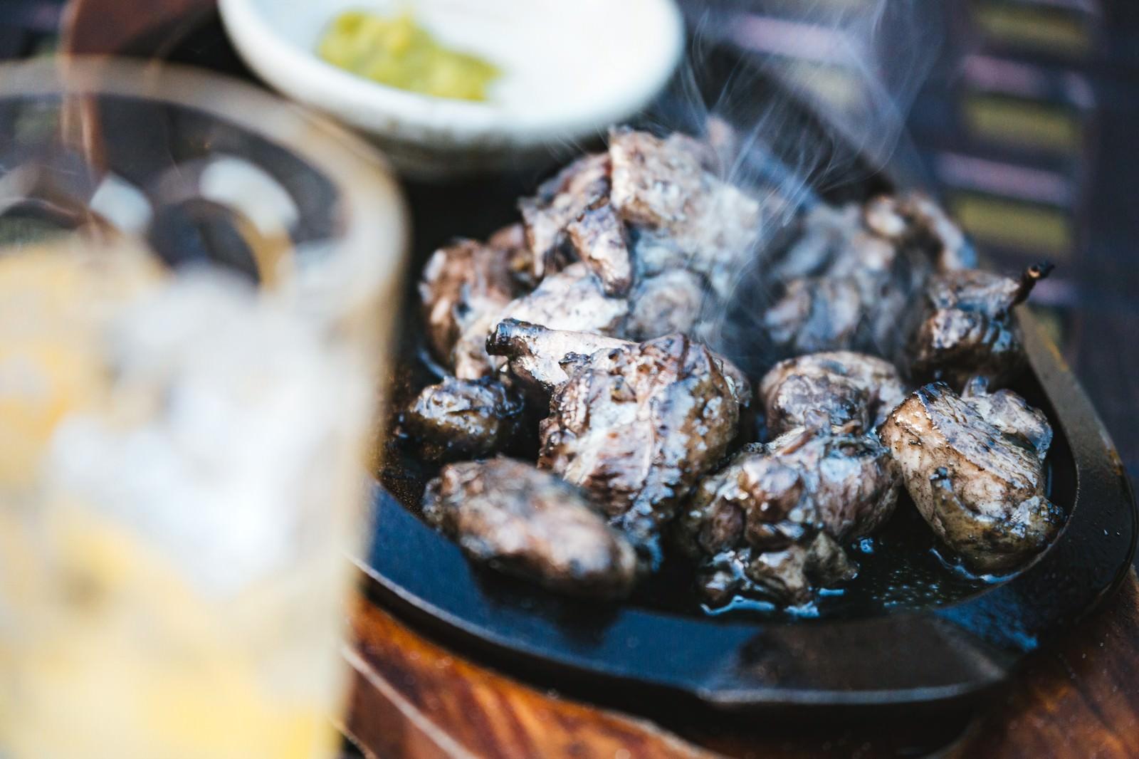 「お酒によく合う湯気たつみやざき地頭鶏」の写真