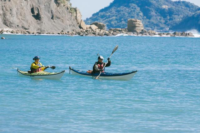 穏やかな海でのシーカヤックの写真