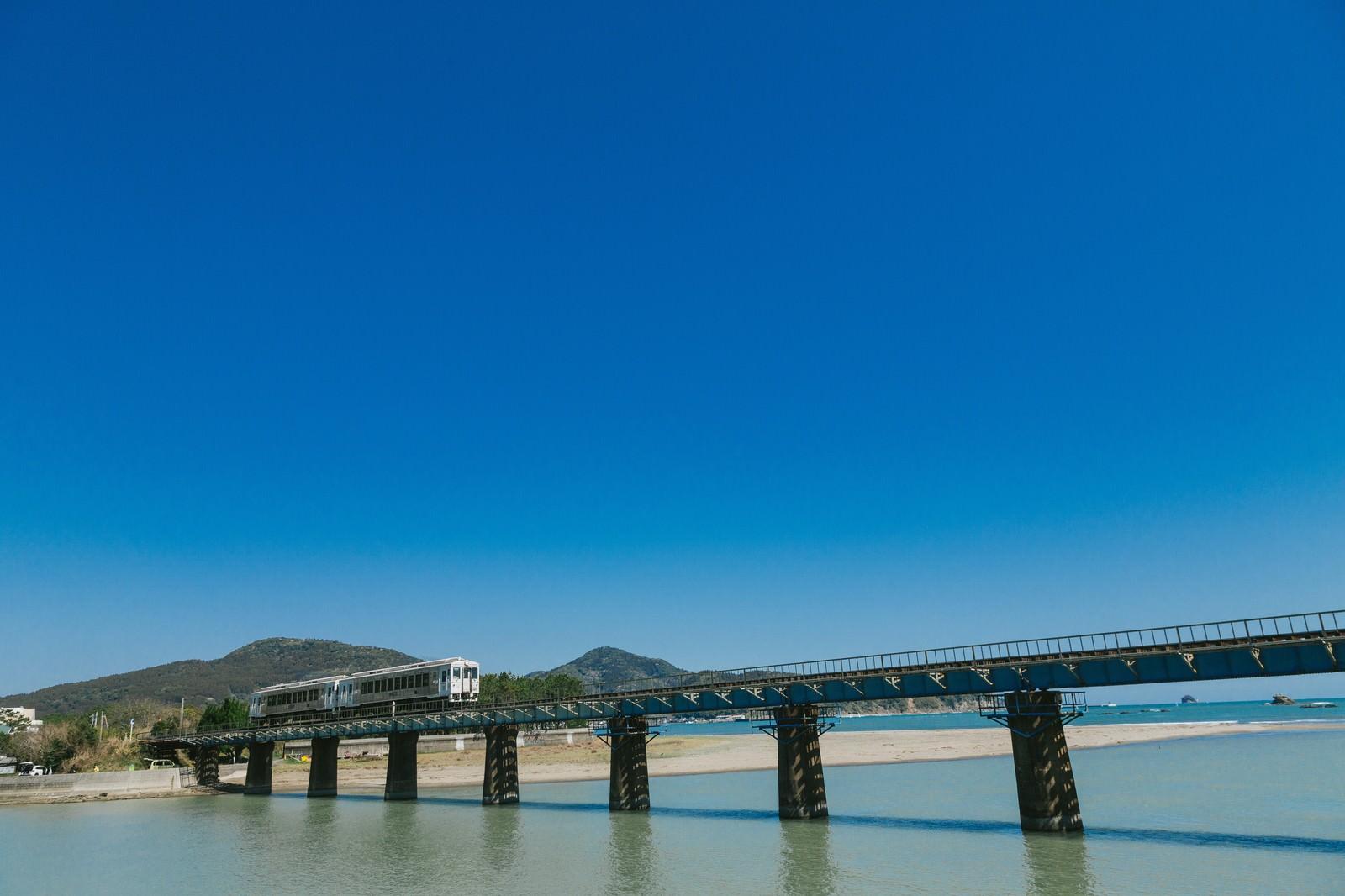 「鉄橋を渡る観光列車「海幸山幸」」の写真