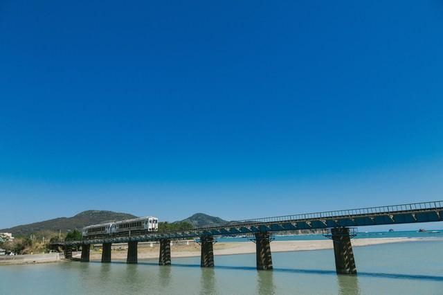 鉄橋を渡る観光列車「海幸山幸」の写真