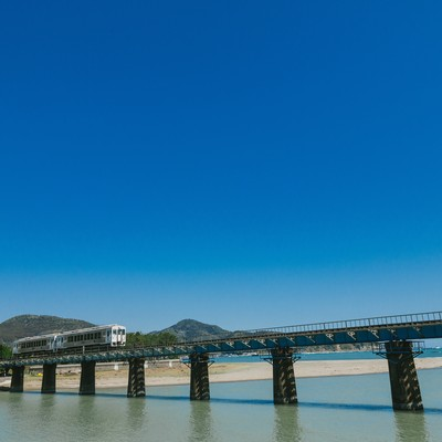 「鉄橋を渡る観光列車「海幸山幸」」の写真素材