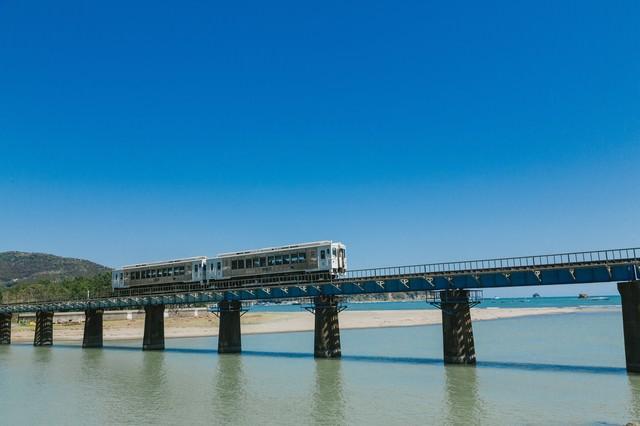 青空に映える海幸山幸(観光列車)の写真