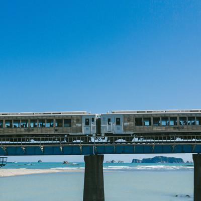 「七ツ八重をバックに走る観光列車「海幸山幸」」の写真素材