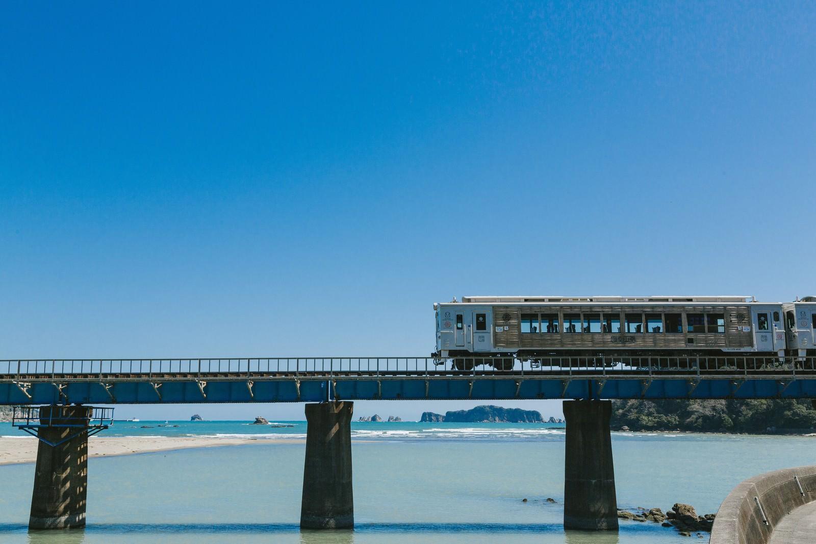 「南郷町に差し掛かった観光列車「海幸山幸」南郷町に差し掛かった観光列車「海幸山幸」」のフリー写真素材を拡大