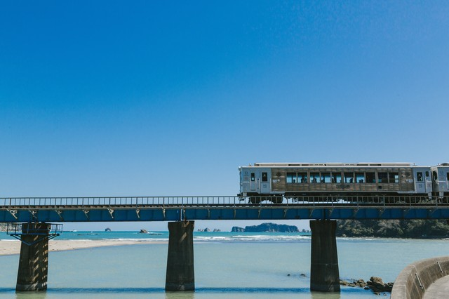 南郷町に差し掛かった観光列車「海幸山幸」の写真