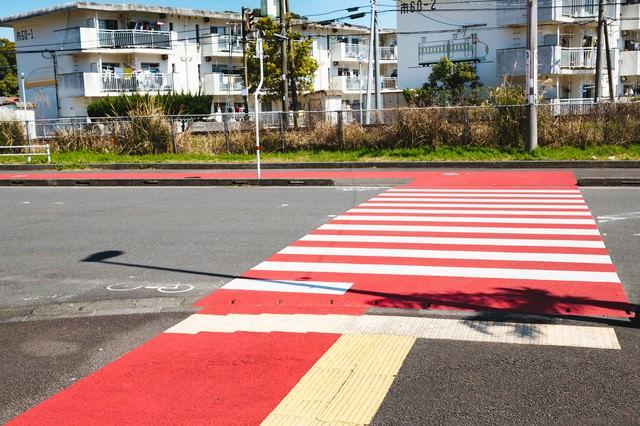 日南の隠れた名所! 紅白柄の横断歩道の写真