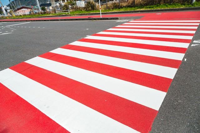 紅と白の縁起がいい横断歩道の写真