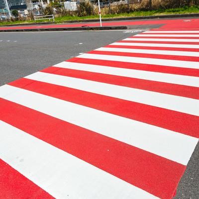 「紅と白の縁起がいい横断歩道」の写真素材