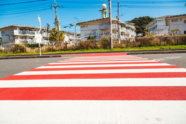 赤と白のストライプ横断歩道の写真