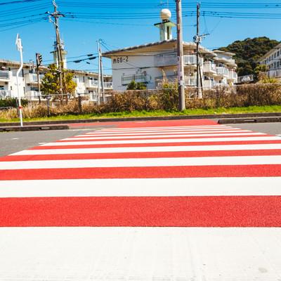 「赤と白のストライプ横断歩道」の写真素材
