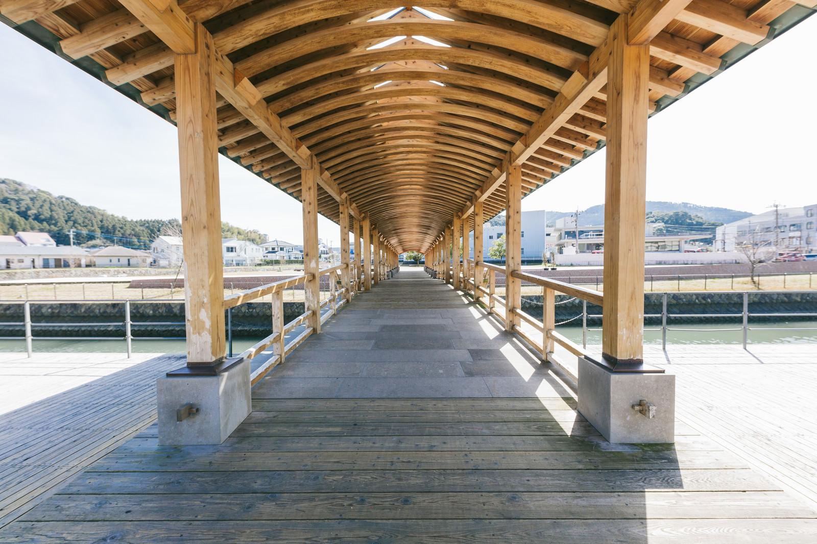 「飫肥杉がふんだんに使われている夢見橋」の写真