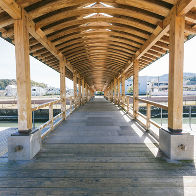 「飫肥杉がふんだんに使われている夢見橋」の写真素材