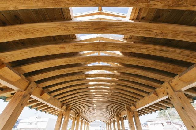 飫肥杉の弾力性を活かした「曲げ木」で作られた夢見橋の天井部分の写真