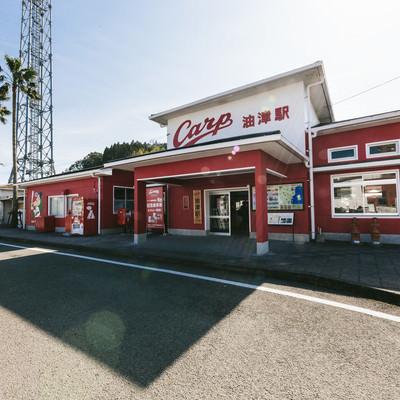 「野球チームの影響によって赤一色の油津駅(あぶらつえき)」の写真素材