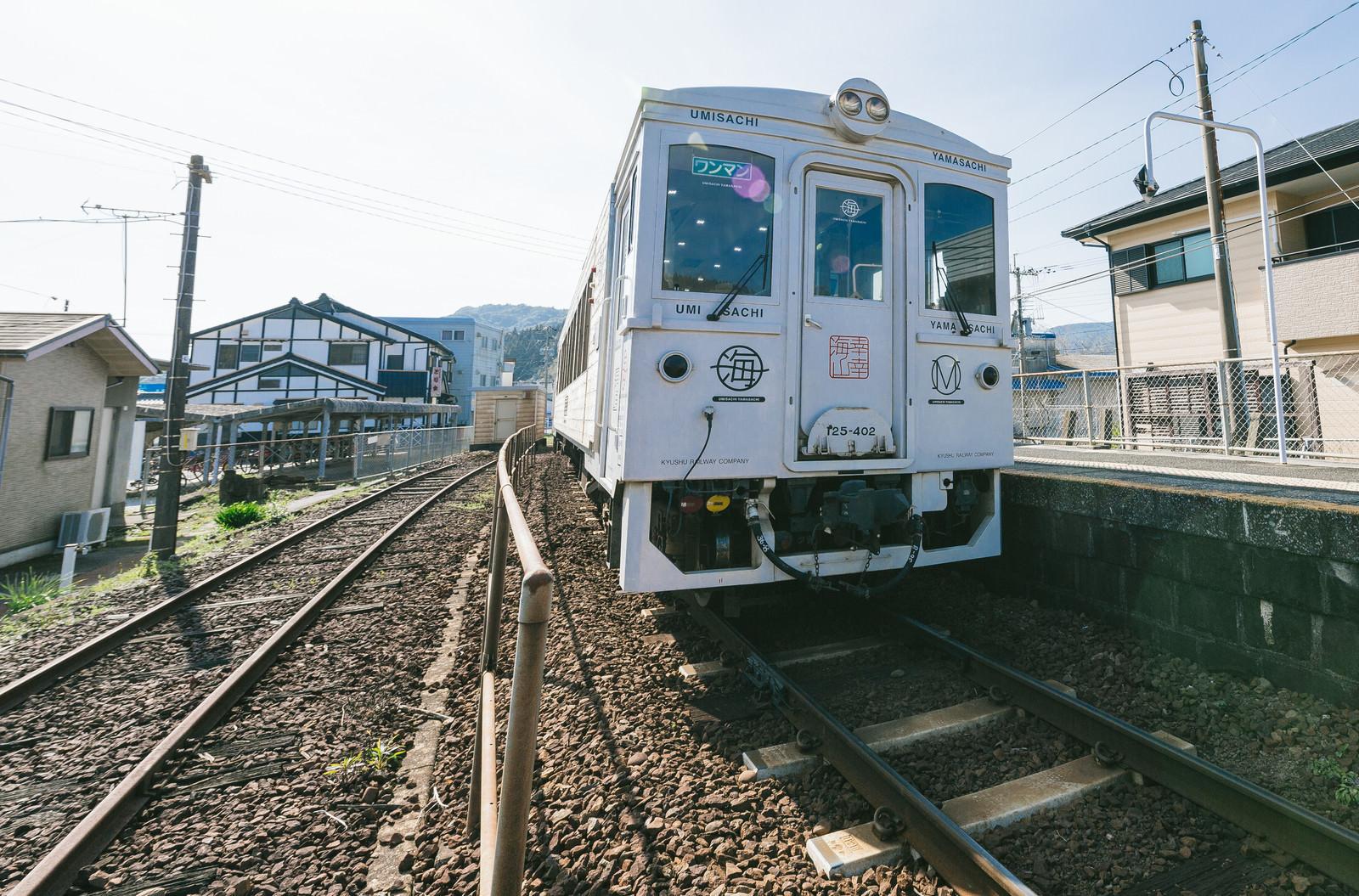 「ホームに停車中の観光列車「海幸山幸」」の写真