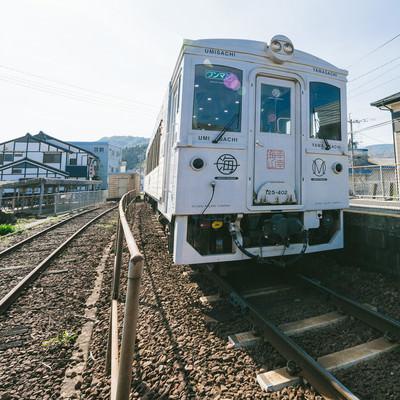 ホームに停車中の観光列車「海幸山幸」の写真