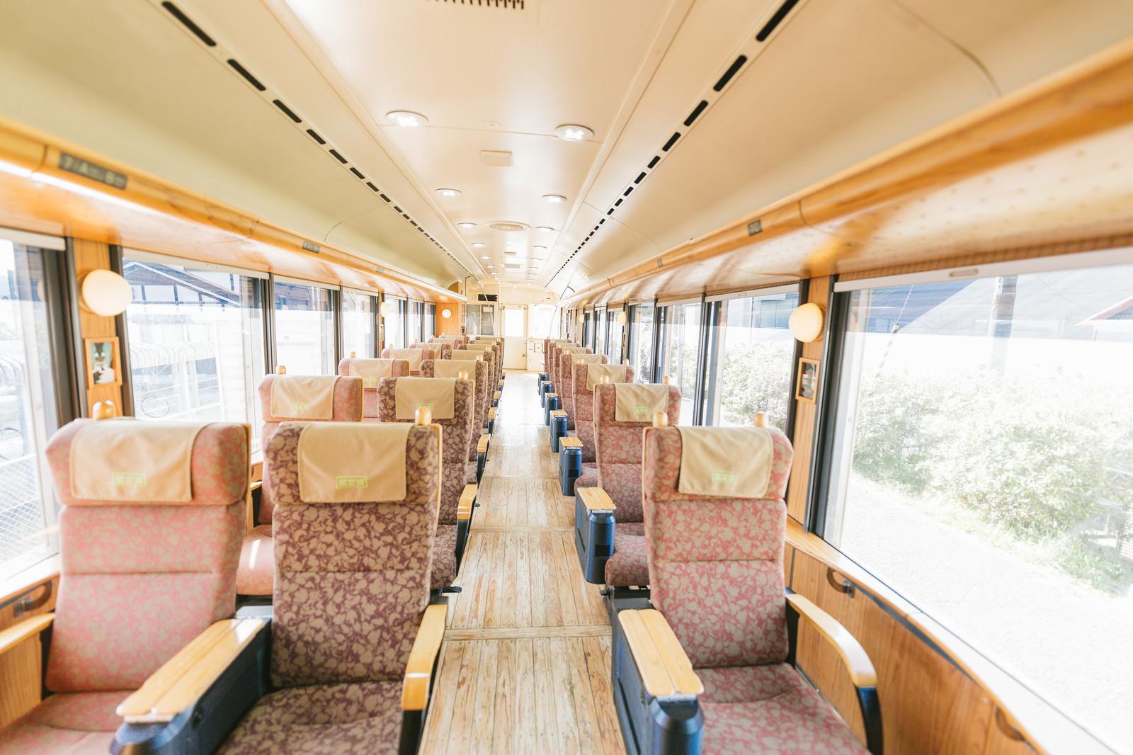 「飫肥杉満載の観光列車「海幸山幸」」の写真