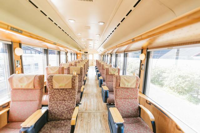 飫肥杉満載の観光列車「海幸山幸」の写真
