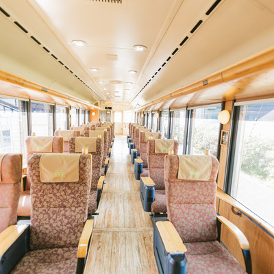 「飫肥杉満載の観光列車「海幸山幸」」の写真素材