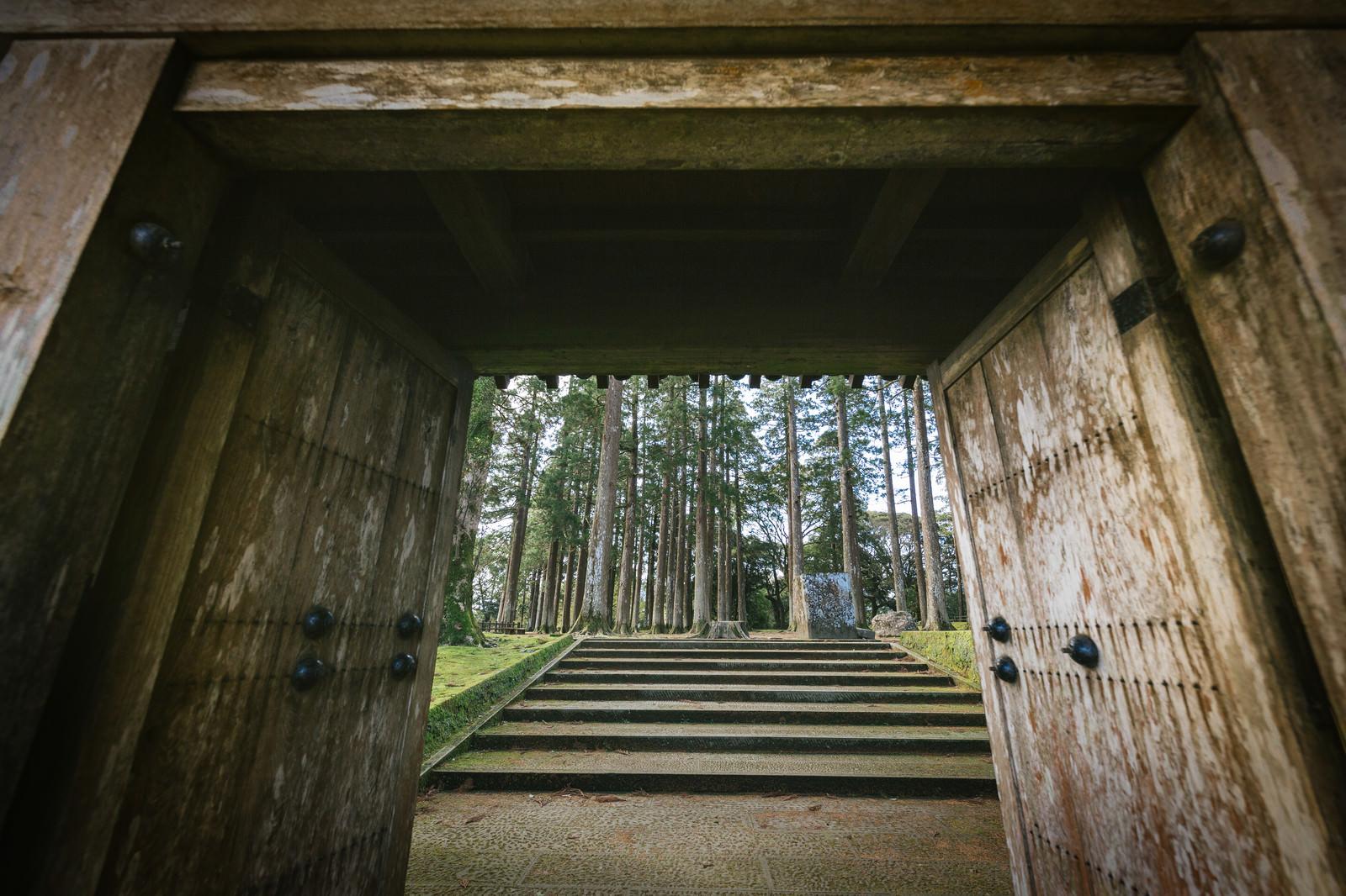 「飫肥城裏門をくぐって見える風景」の写真
