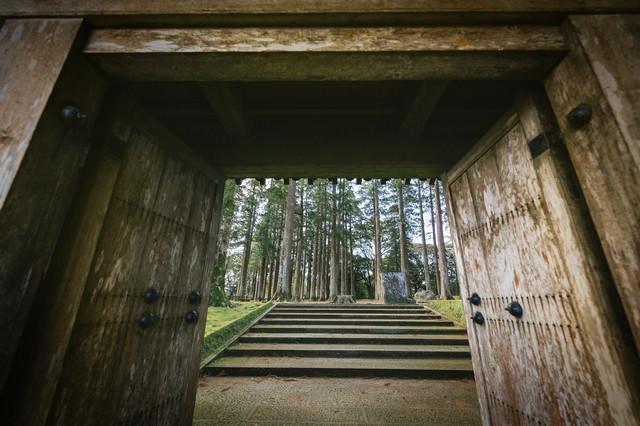 飫肥城裏門をくぐって見える風景の写真