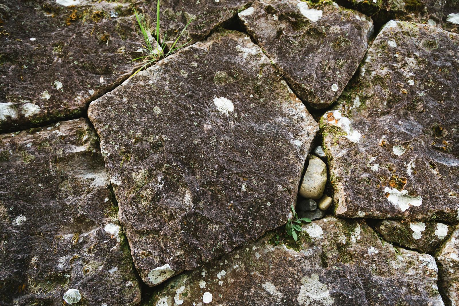 「十字の傷が隠されている飫肥石(石垣)」の写真