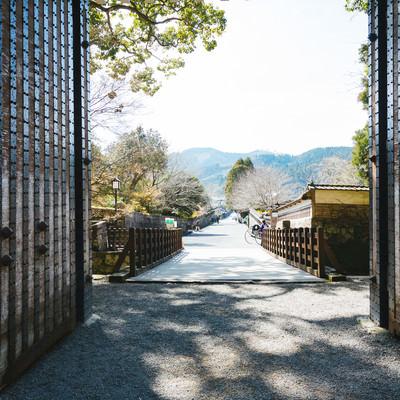 大手門から伸びる直線の道の写真