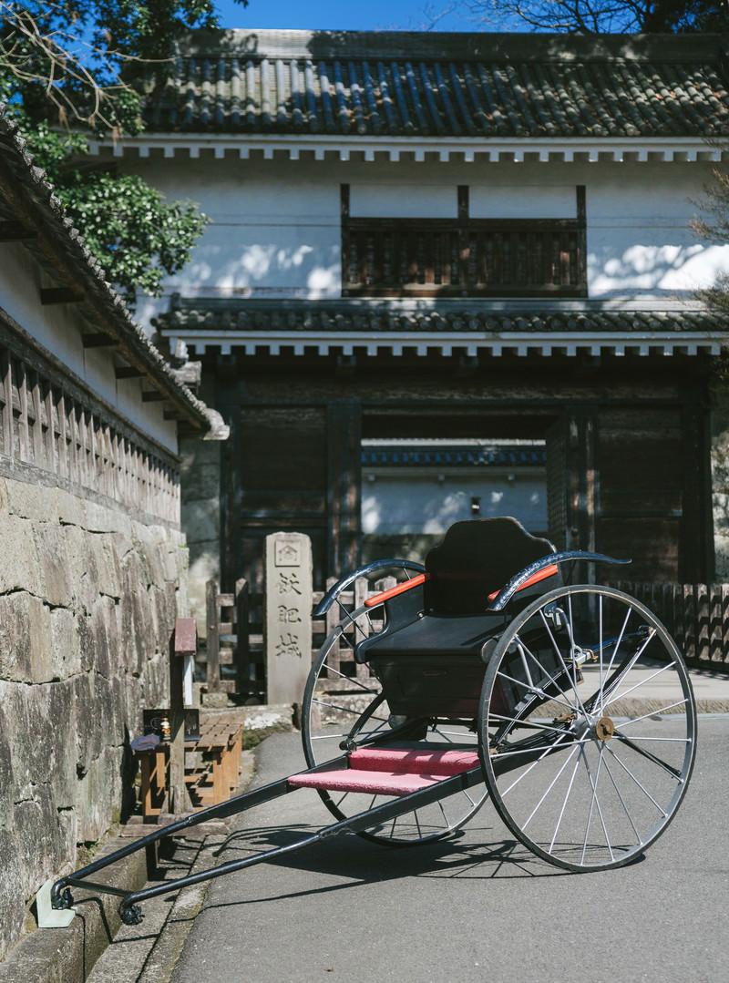 「飫肥城大手門前の人力車」の写真