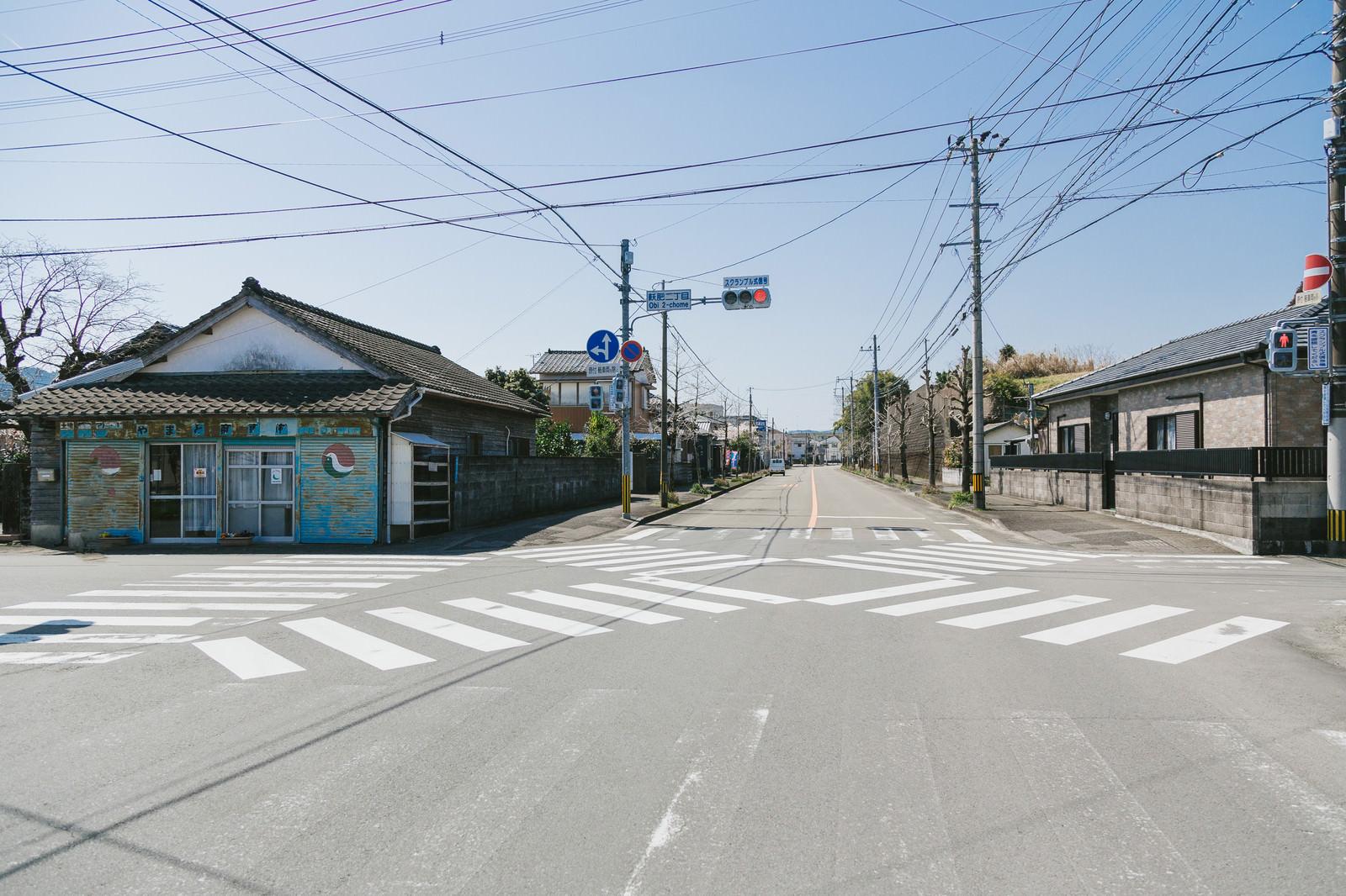 「日本で1番小さいスクランブル交差点(飫肥二丁目)日本で1番小さいスクランブル交差点(飫肥二丁目)」のフリー写真素材を拡大