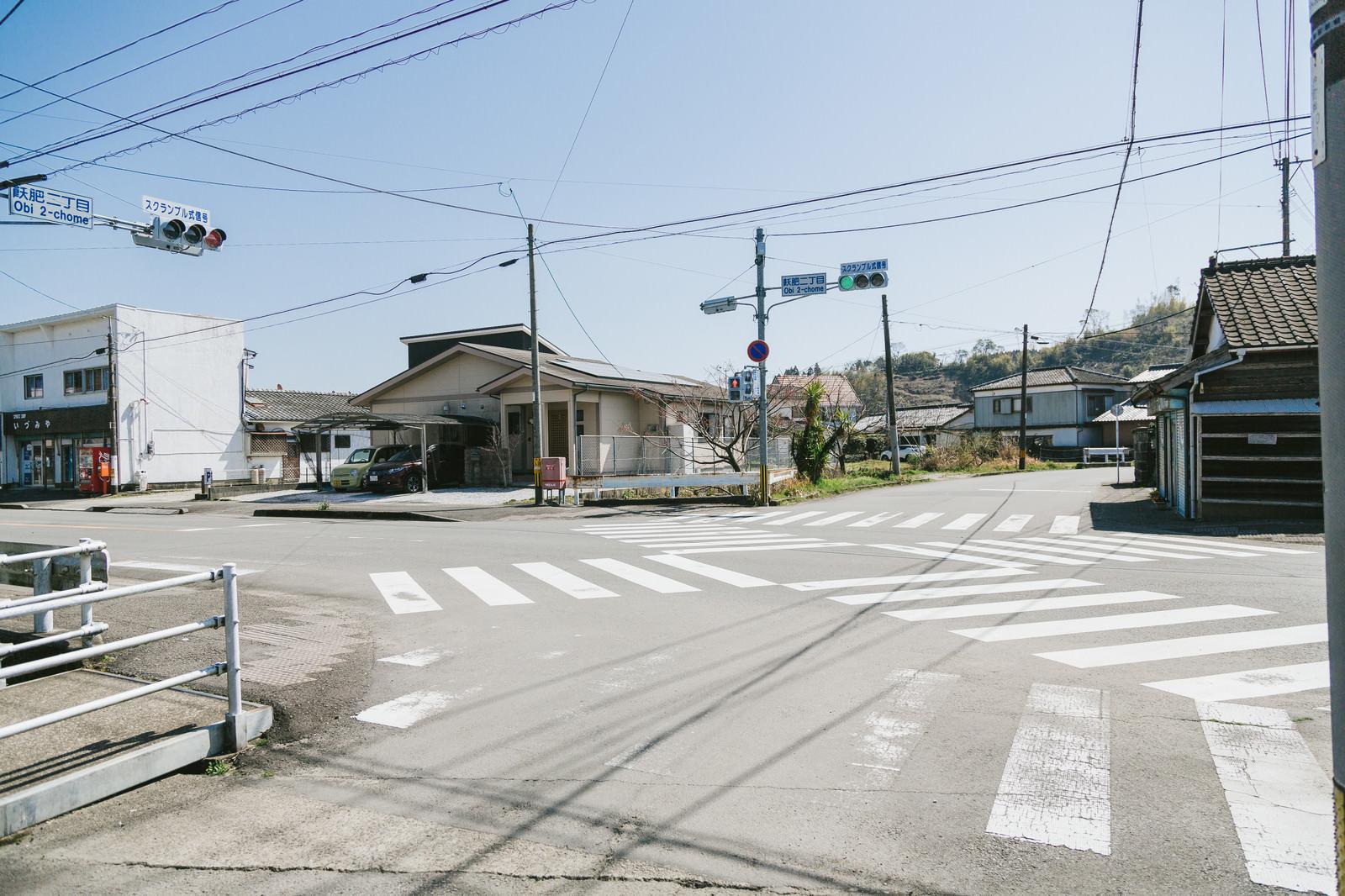「宮崎県日南市にある日本で一番小さいスクランブル交差点(飫肥二丁目)」の写真