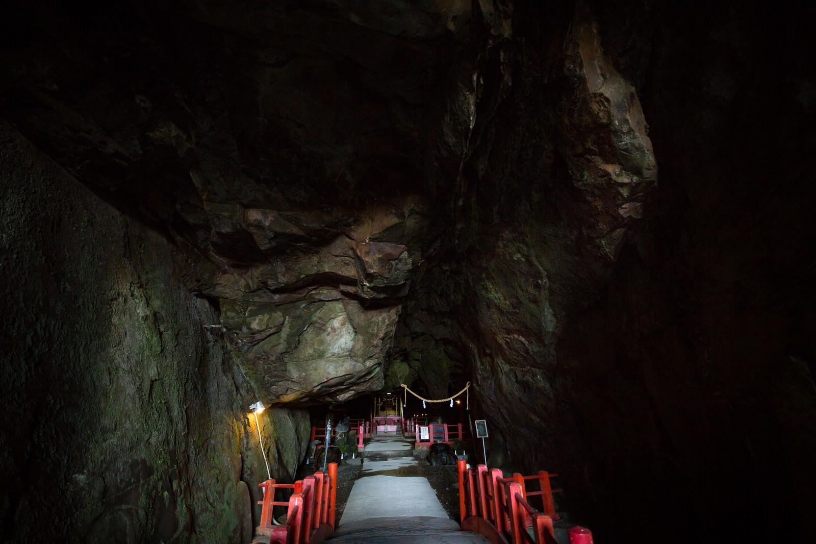 「洞窟深くにある祇園神社(日南市)」の写真